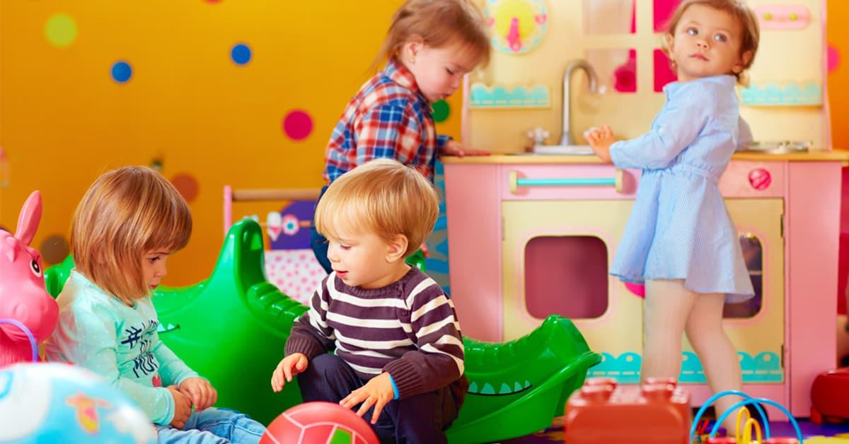 Photo of Anaokulu çocuğu ve oyuncaklar