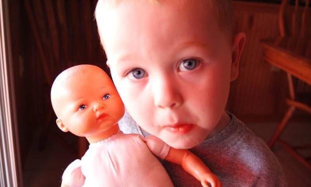 Photo of Bebekle Oynayan Erkek Çocuklar