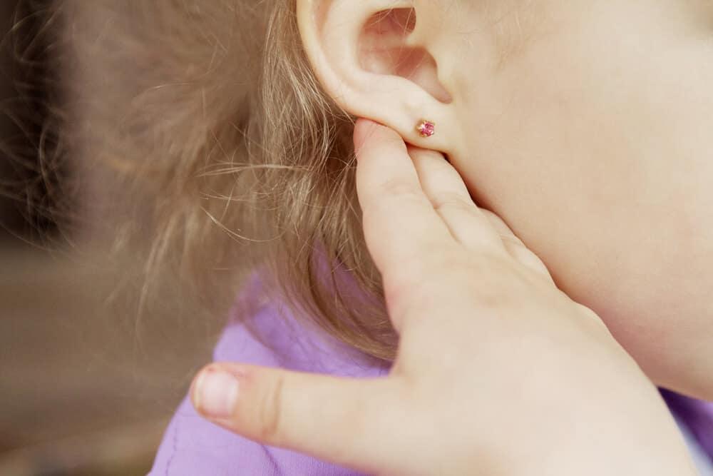 bebeklerde kulak deldirme
